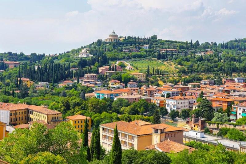 Verona misteriosa: archi strani e cancellate mobili